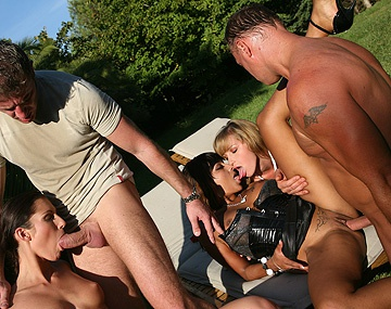 Private  porn video: Josette Most, Kathy Campbel en Loona Luxx neuken en pijpen in de openlucht