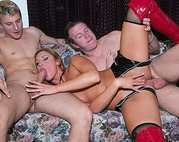 Private  porn video: De flexibele blonde Lauren Phoenix doet alles om 2 lullen te incasseren