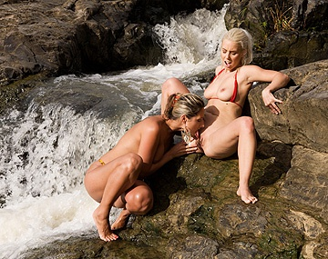 Private HD porn video: Daria Glower et Nesty se masturbent et se lèchent en plein air!