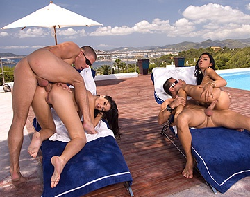 Private  porn video: De brunettes Lucy Belle en Lucy Lee geven in de buitenlucht geile blowjobs en krijgen mega facials