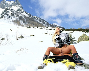 Private  porn video: Sharon Bright geeft de skileraar hoog in de bergen in de sneeuw een blowjob