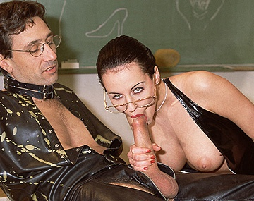Private  porn video: Michelle Wild se masturbe pendant qu'elle regarde le prof baiser