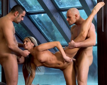 Private HD porn video: Sexy, rubia y menudita, Aleska Diamond se marca un DP y se come lo que agita