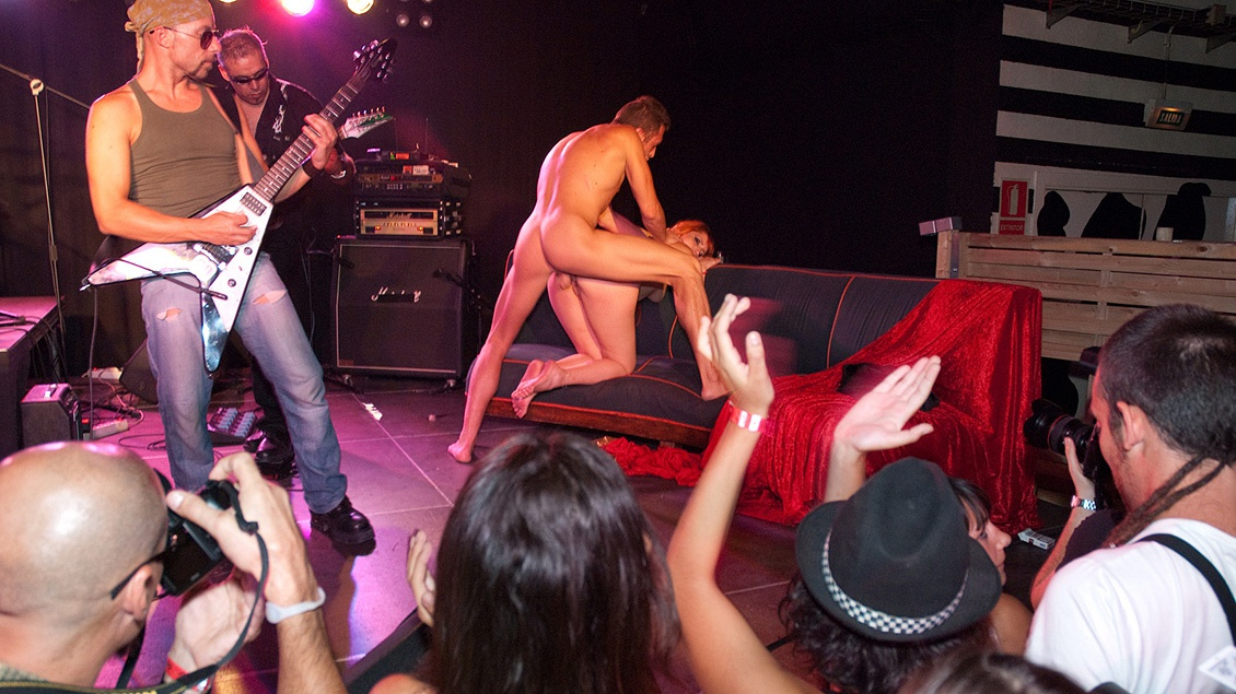 sex on stage at concert